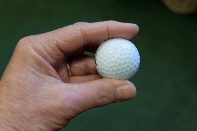 hand-holding-golf-ball